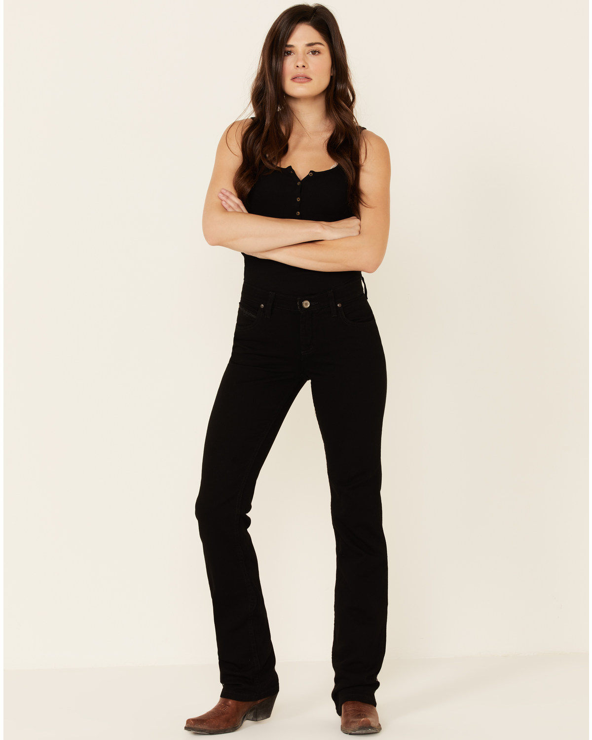 cdbaf847 Zoomed Image Wrangler Women's Q-Baby Mid Rise Cowgirl Cut Ultimate Riding  Jeans, Blk Magic,